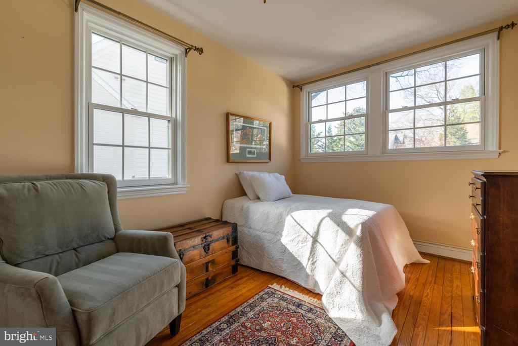 Corner Bedroom lets the sun shine in - 522 N NORWOOD ST, ARLINGTON