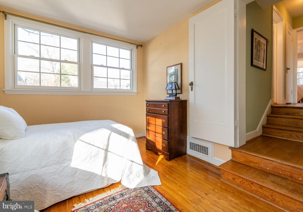 Step down into bright, sunny Bedroom. - 522 N NORWOOD ST, ARLINGTON