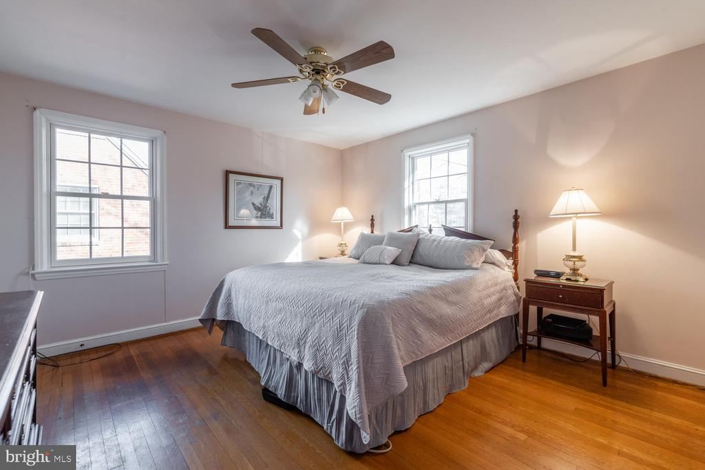 All 4 Bedrooms are corner rooms with tons of light - 522 N NORWOOD ST, ARLINGTON