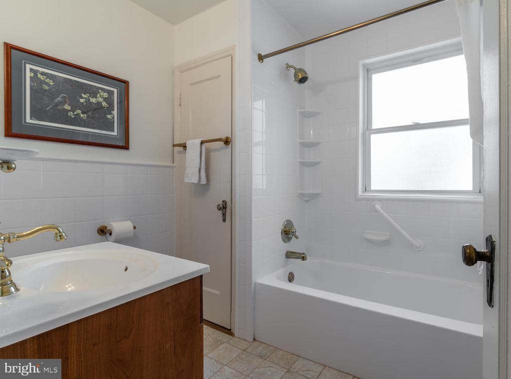 Full Bath on upper level with Linen Closet - 522 N NORWOOD ST, ARLINGTON