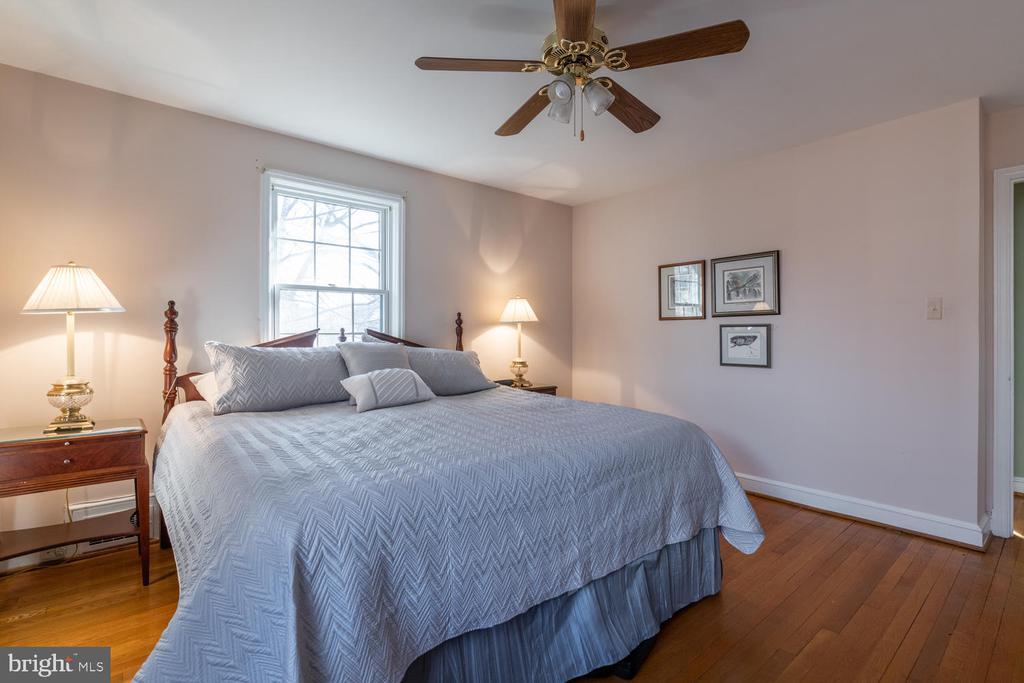 Hardwood floors throughout upper level - 522 N NORWOOD ST, ARLINGTON