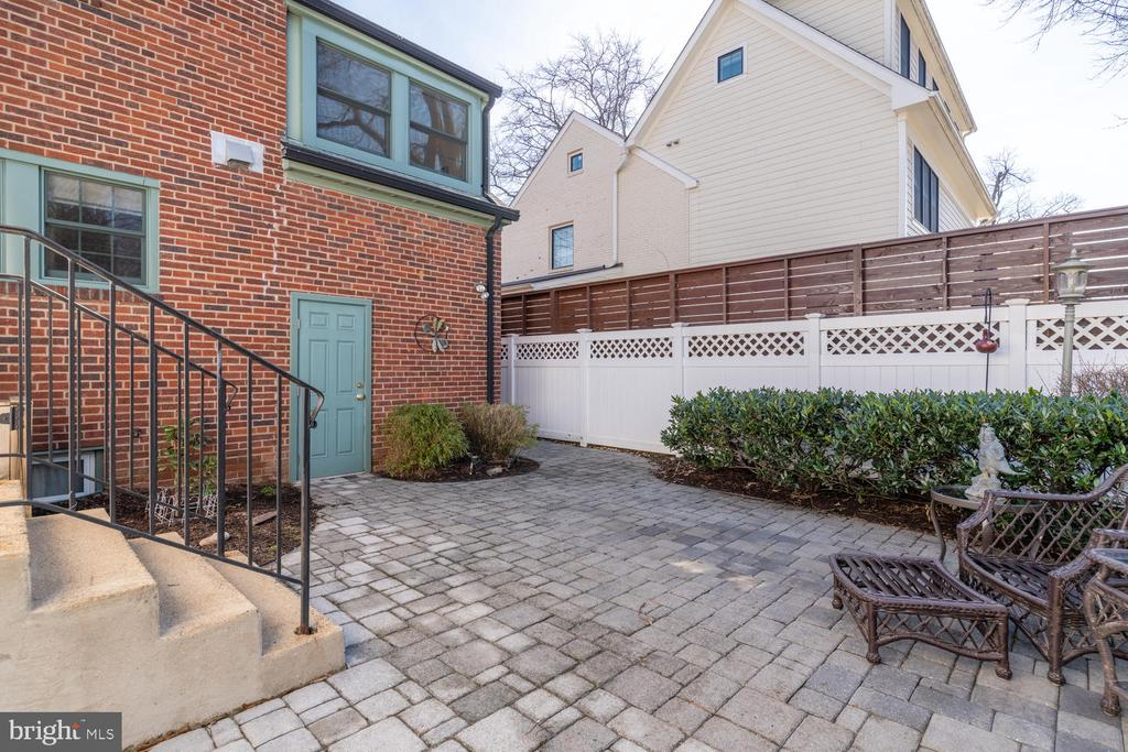Great entertaining space and door to 1 car garage - 522 N NORWOOD ST, ARLINGTON