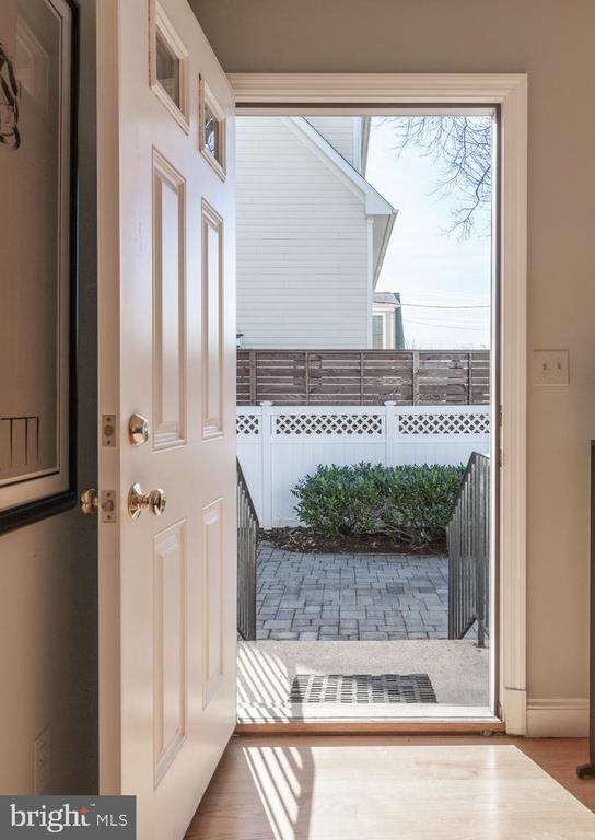 Step right outside FR  to oversized patio - 522 N NORWOOD ST, ARLINGTON