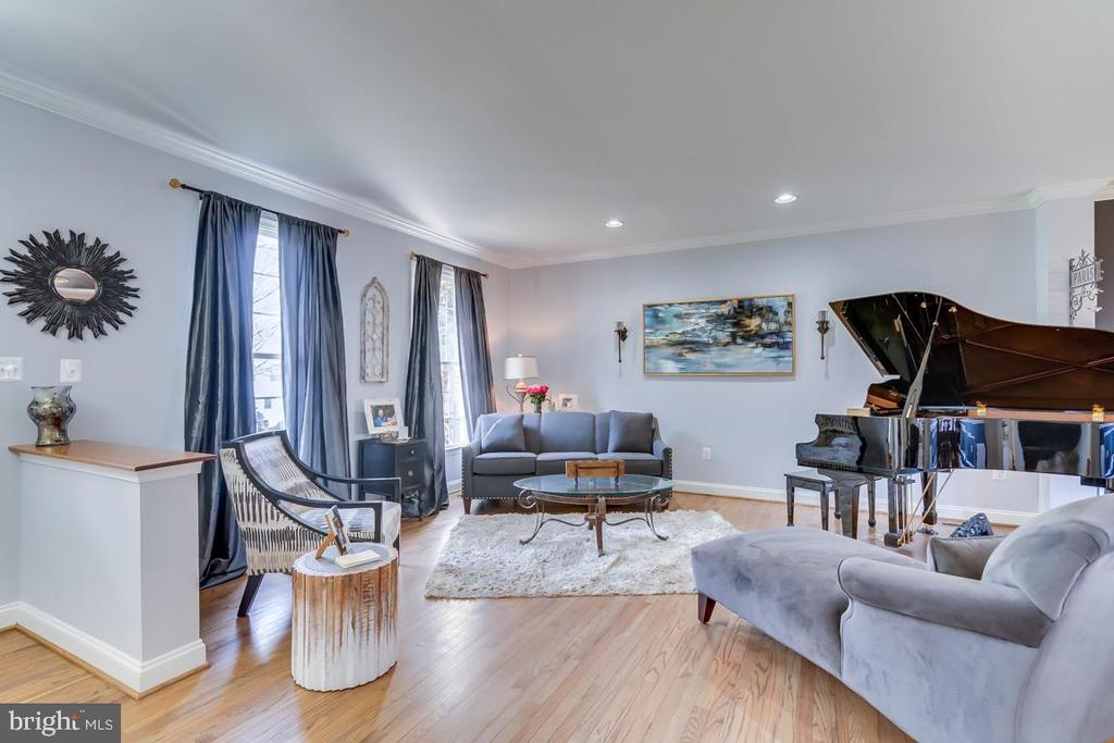 .Designer paint colors and gleaming wood floors - 122 LAWSON RD SE, LEESBURG