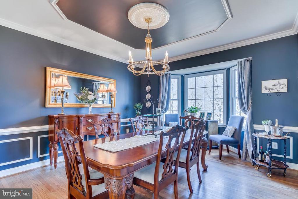 .An elegant dining space with large bay window - 122 LAWSON RD SE, LEESBURG