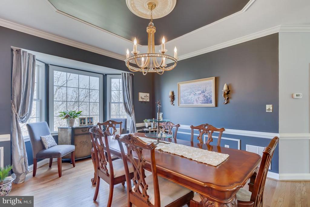 .Crown molding and chair railing - 122 LAWSON RD SE, LEESBURG