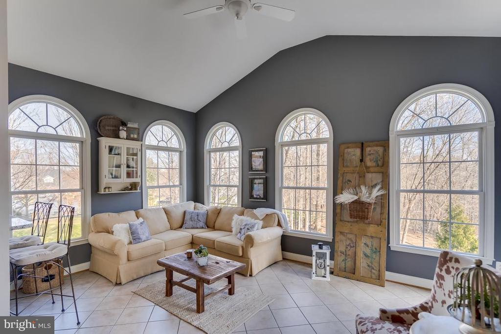 The views and the sunshine are spectacular - 122 LAWSON RD SE, LEESBURG