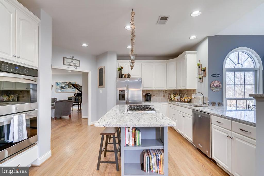 .The hub of the home is gorgeous and updated - 122 LAWSON RD SE, LEESBURG