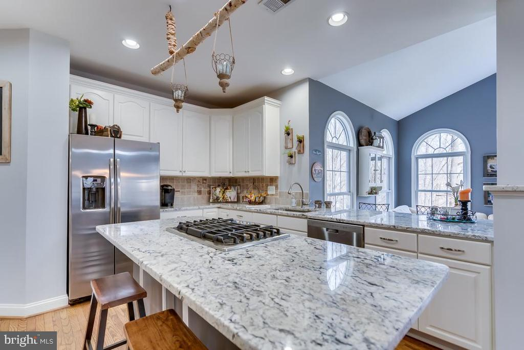 .Large center island with new cooktop & down draft - 122 LAWSON RD SE, LEESBURG