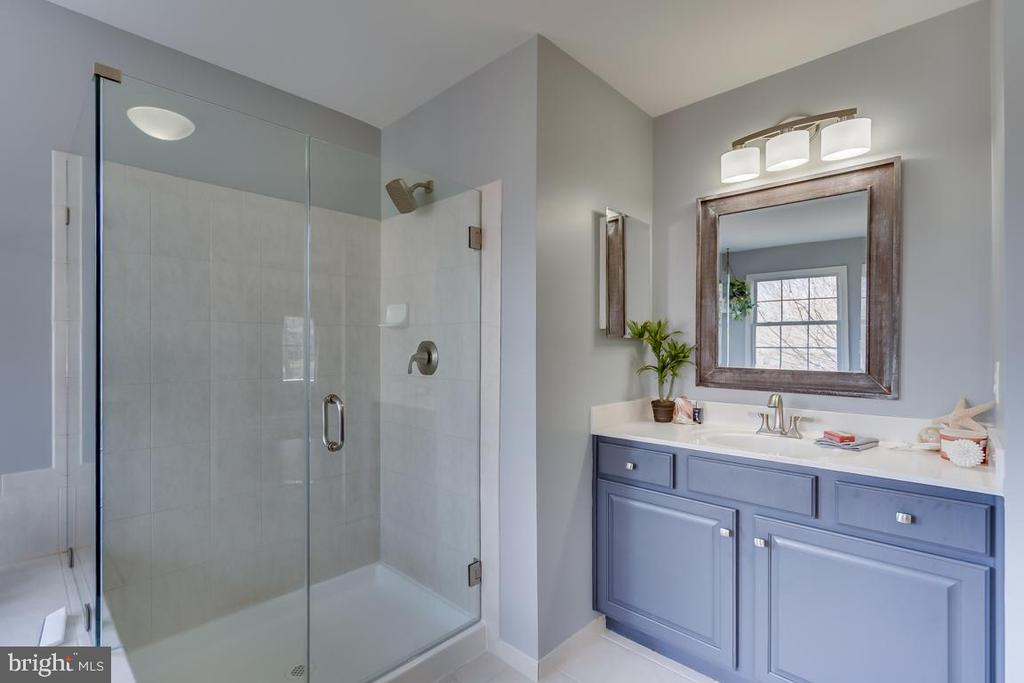 Master Bathroom with dual vanities - 122 LAWSON RD SE, LEESBURG