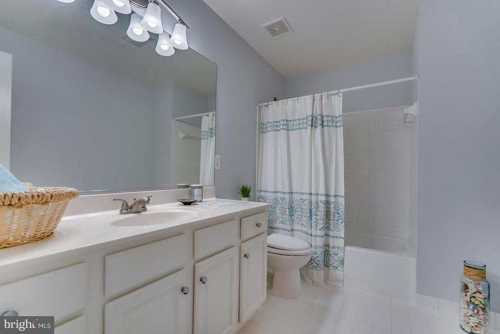 Upper level hall bathroom - 122 LAWSON RD SE, LEESBURG