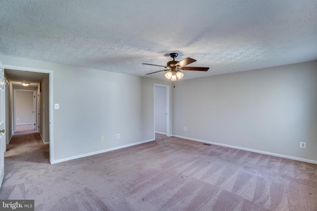 Master Bedroom with ceiling fan - 8189 SHIPS CURVE LN, SPRINGFIELD