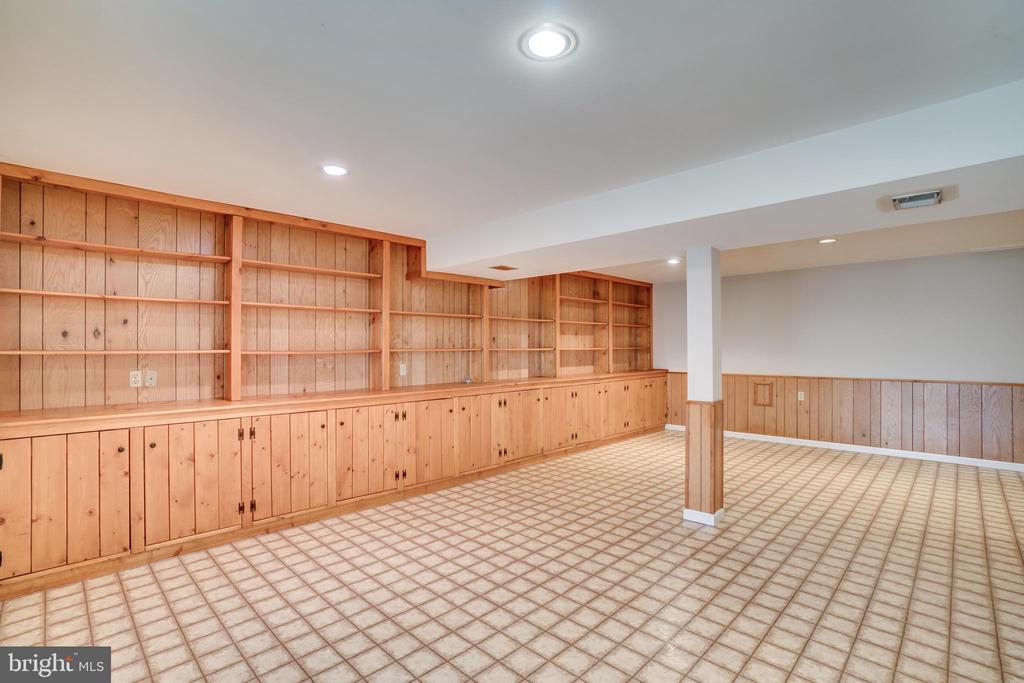 Wall of built-ins in rec room - 8189 SHIPS CURVE LN, SPRINGFIELD