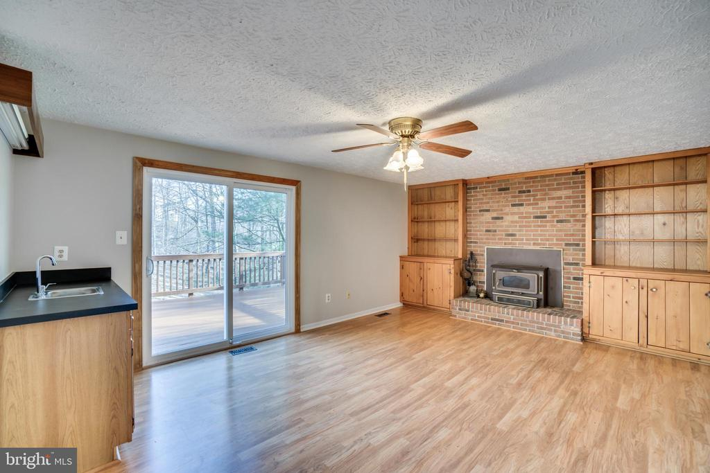 Family room has wet bar, wood stove, built ins - 8189 SHIPS CURVE LN, SPRINGFIELD