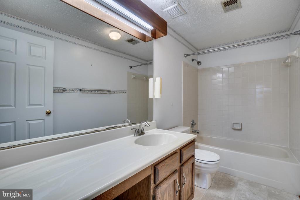 Hall Bath - 8189 SHIPS CURVE LN, SPRINGFIELD
