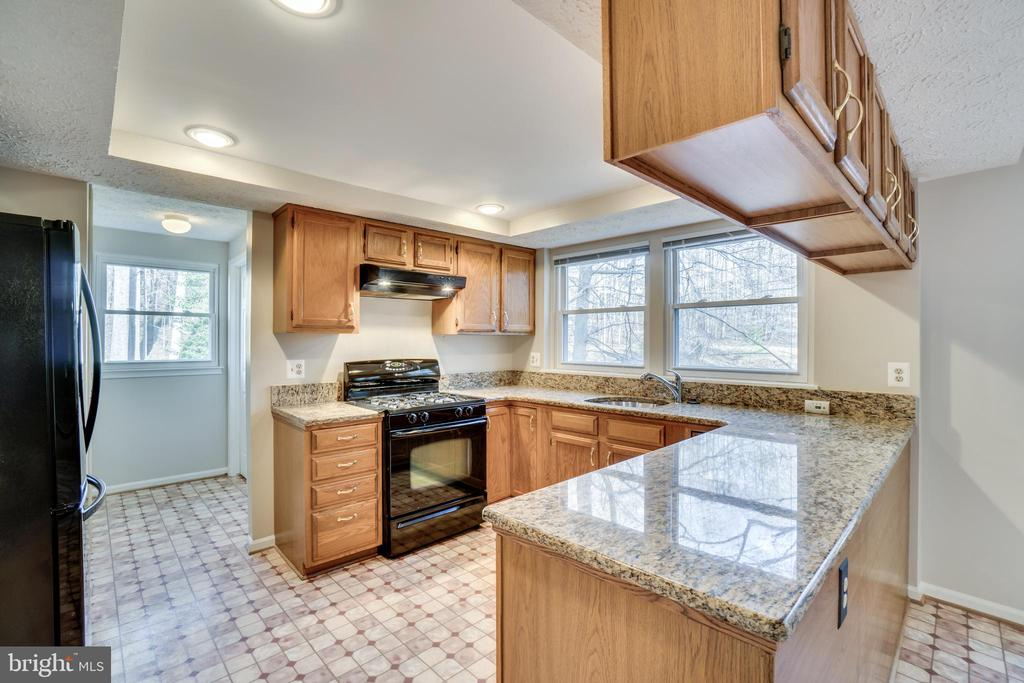 Kitchen leads to laundry/powder room - 8189 SHIPS CURVE LN, SPRINGFIELD