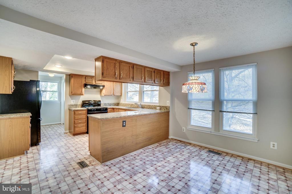 Breakfast area / kitchen - 8189 SHIPS CURVE LN, SPRINGFIELD