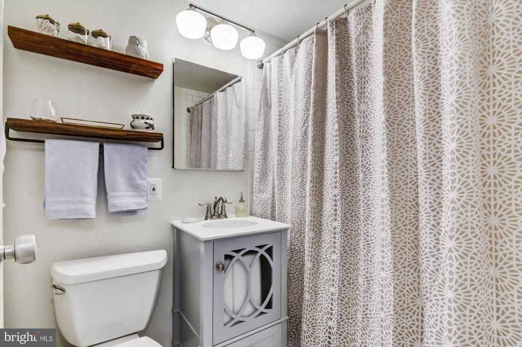 Completely renovated bathroom! Newer everything! - 2016 N ADAMS ST #504, ARLINGTON