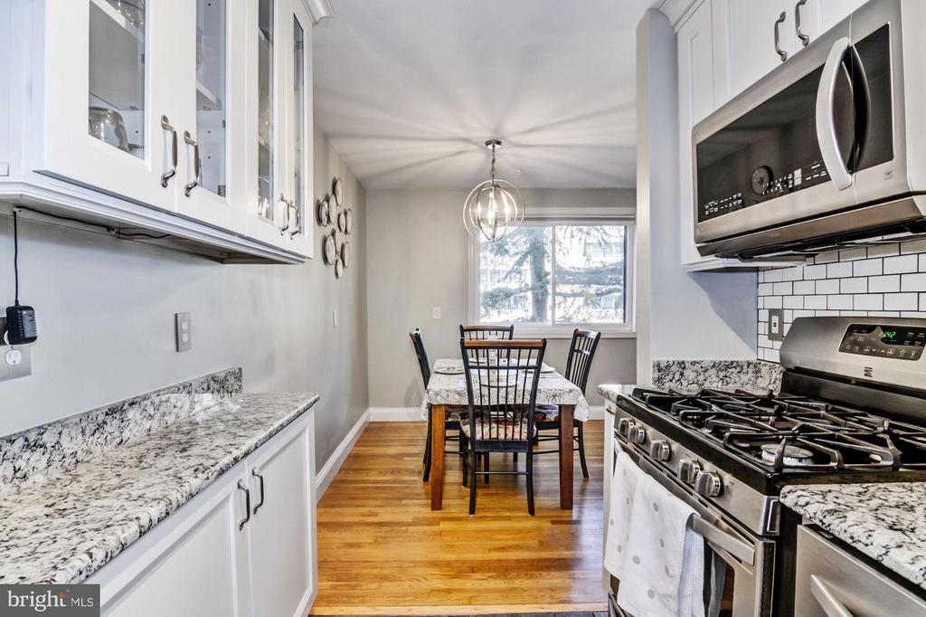 Kitchen opens to the dining area - 2016 N ADAMS ST #504, ARLINGTON