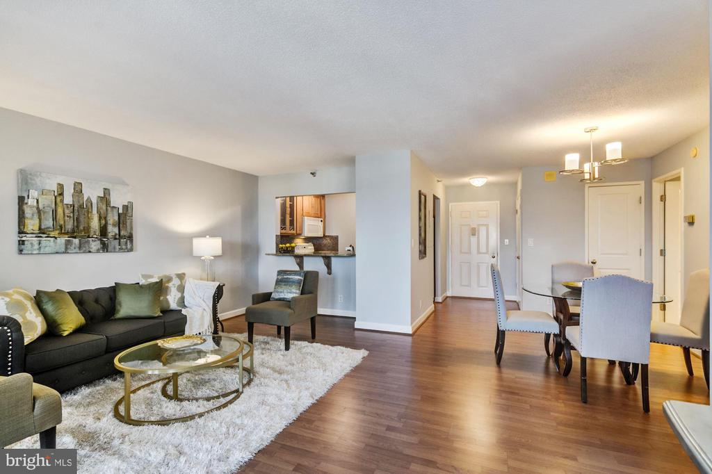 Spacious layout at 765 sq ft + sunroom - 900 N STAFFORD ST #1711, ARLINGTON