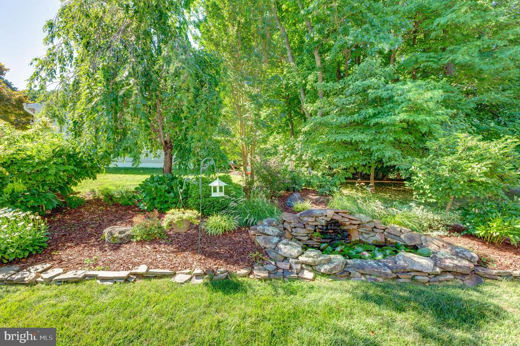 Beautiful landscaped Yard - 8651 WIND SONG CT, SPRINGFIELD