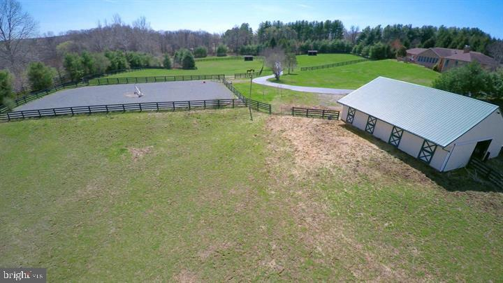 Barn and lighted riding ring. - 39520 CHARLES TOWN PIKE, HAMILTON
