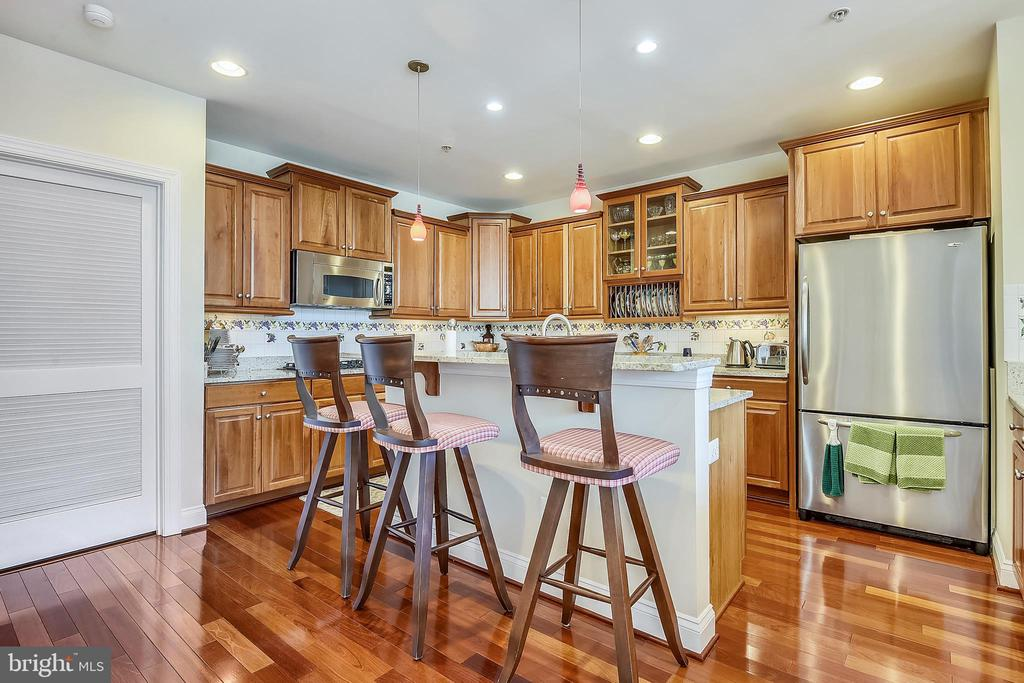 Kitchen - 2052 BEACON HEIGHTS DR, RESTON