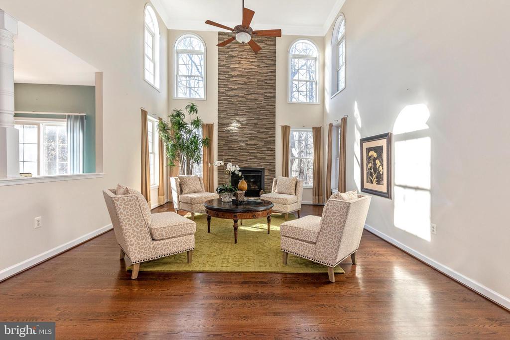 Palatial Windows dominate gorgeous livingroom - 13402 STONEBRIDGE TER, GERMANTOWN