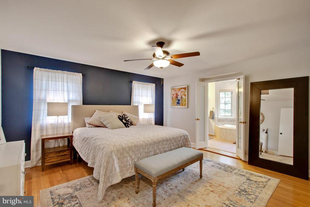 Gorgeous master bedroom with en-suite bathroom - 7506 BOX ELDER CT, MCLEAN