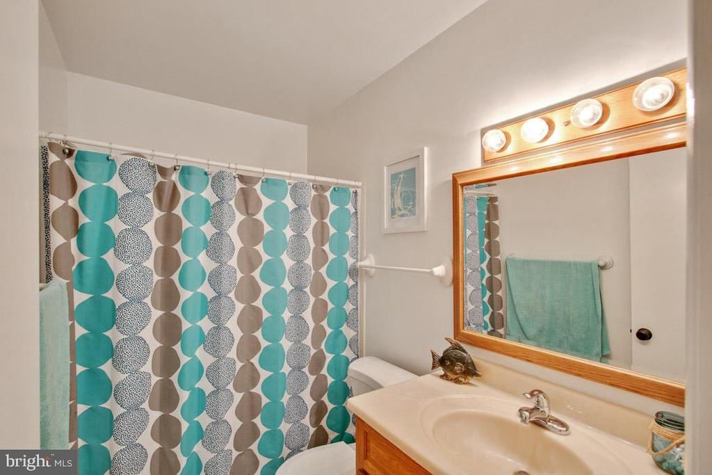 Upper level hall bathroom - 7506 BOX ELDER CT, MCLEAN