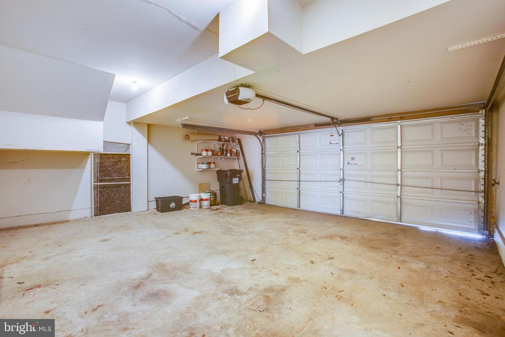 Oversized garage for 2 cars plus room for workshop - 9603 MASEY MCQUIRE CT, LORTON