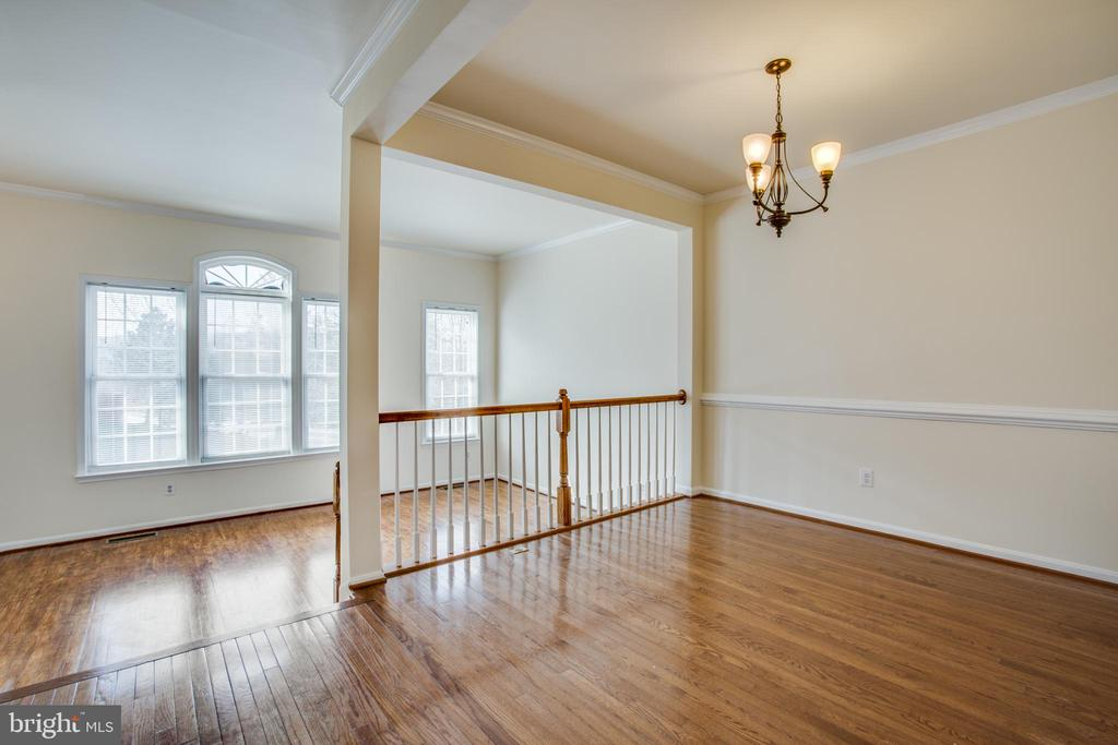 Gleaming hardwood floors through most of home - 9603 MASEY MCQUIRE CT, LORTON