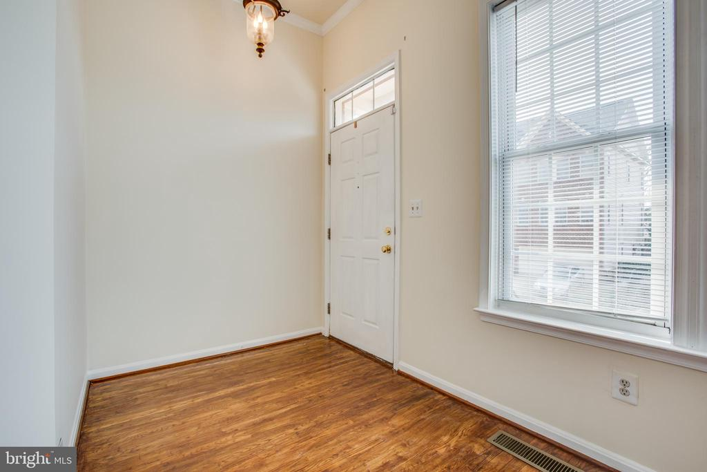 Entry door with 9 ft ceiling - 9603 MASEY MCQUIRE CT, LORTON