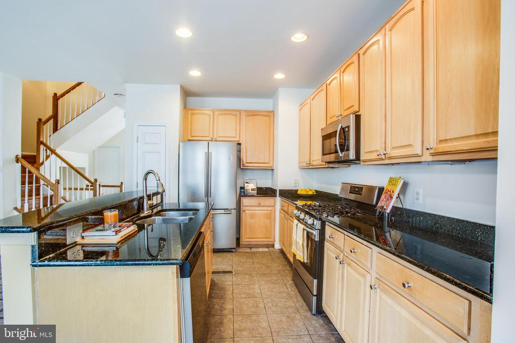 granite countertops and stainless steel appliances - 9603 MASEY MCQUIRE CT, LORTON