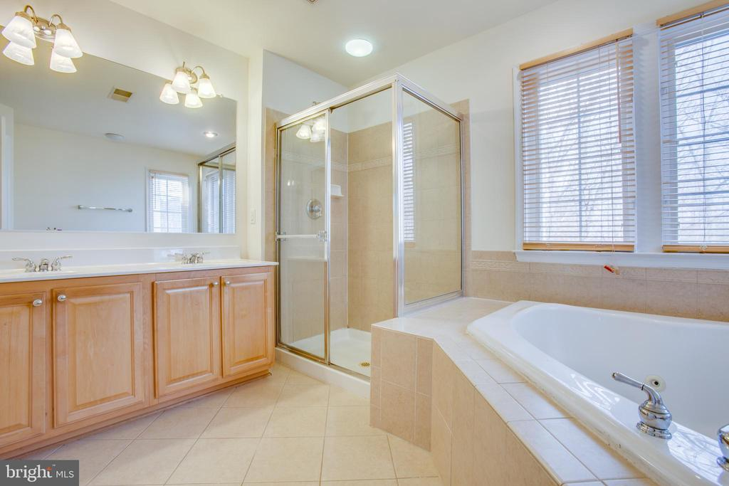 dual vanities in spacious master bath - 9603 MASEY MCQUIRE CT, LORTON