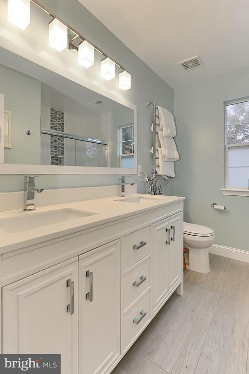 Full Bath - 43228 DARKWOODS ST, CHANTILLY