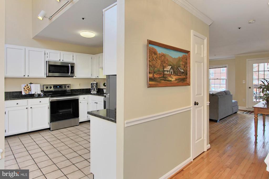 Inviting Entrance with Hardwood Floors - 608A N TAZEWELL ST, ARLINGTON