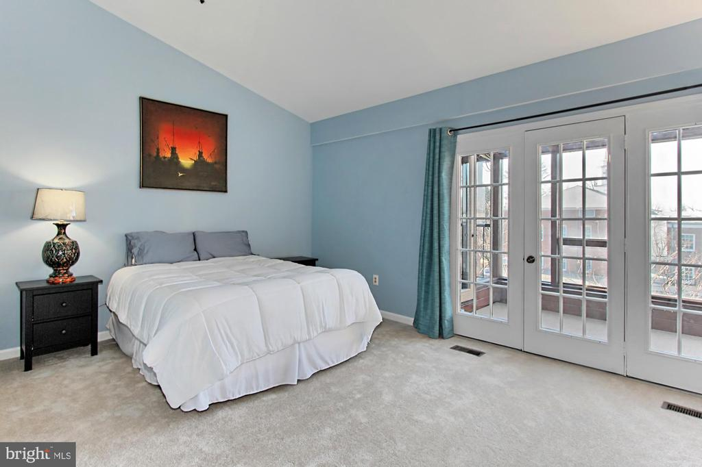 Upper Level 2 Master Suite with Vaulted Ceiling - 608A N TAZEWELL ST, ARLINGTON