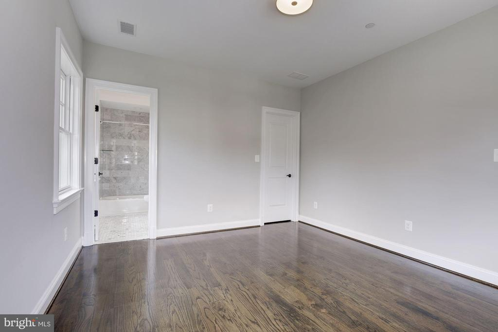 Third bedroom with in site bathroom - 4522 CHELTENHAM DR, BETHESDA