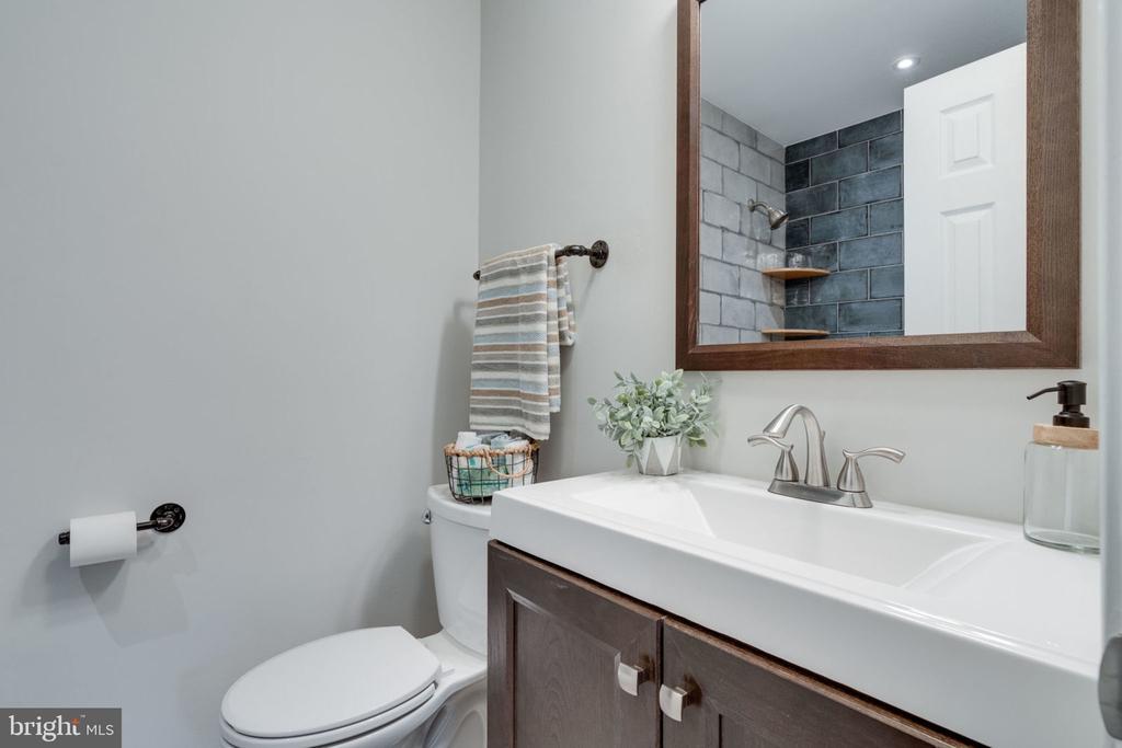 Main Level Bathroom - 5209 CEDAR RD, ALEXANDRIA