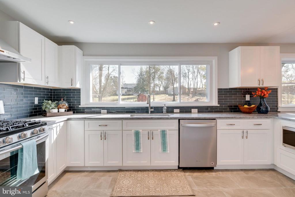 Updated Modern Kitchen - 5209 CEDAR RD, ALEXANDRIA