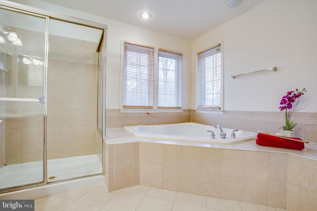 Relaxing jetted tub with champagne and bubbles - 9603 MASEY MCQUIRE CT, LORTON