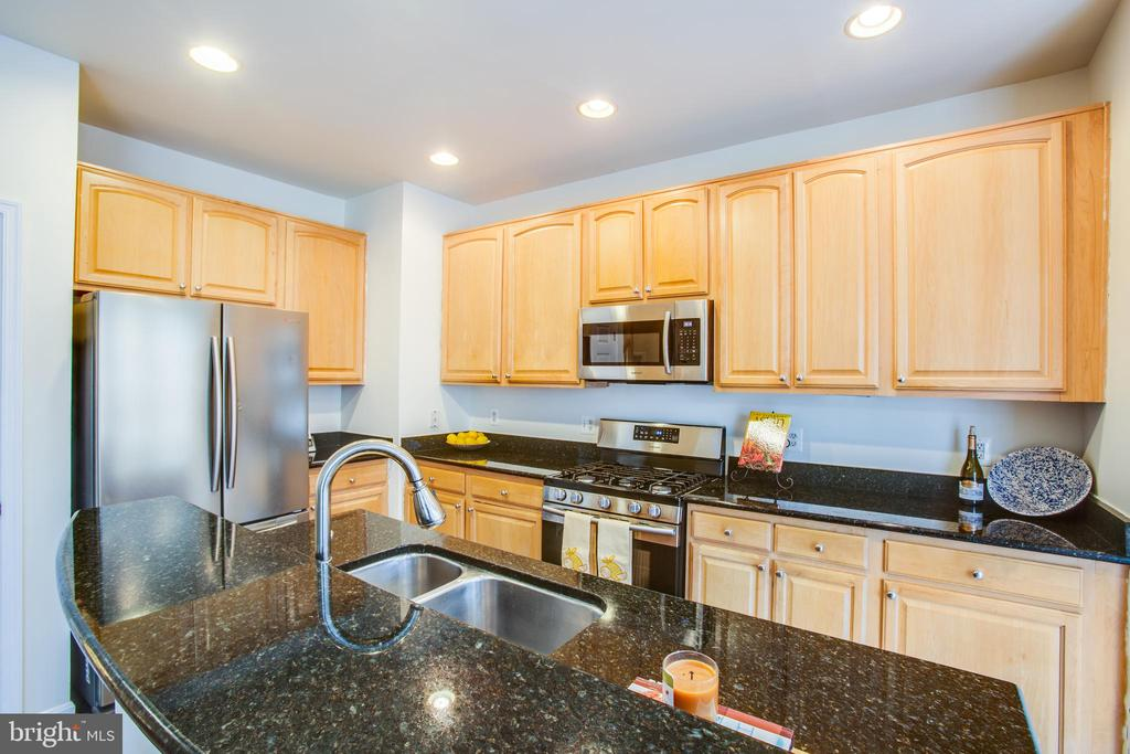 Gorgeous marble countertop and SS appliances - 9603 MASEY MCQUIRE CT, LORTON