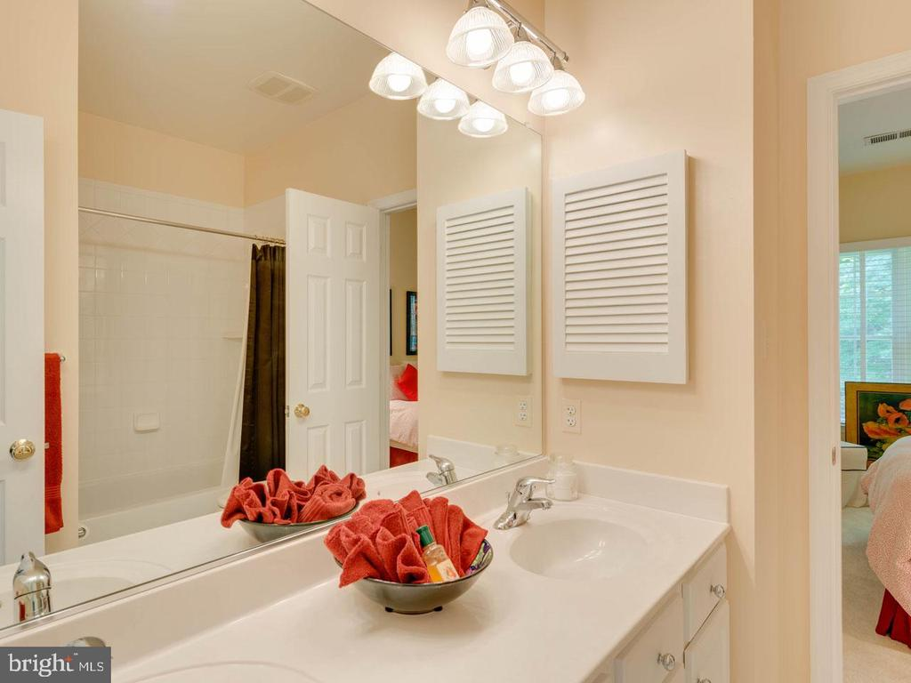 Joint bath between bedrooms 2 and 3 - 7304 AUBURN ST, ANNANDALE