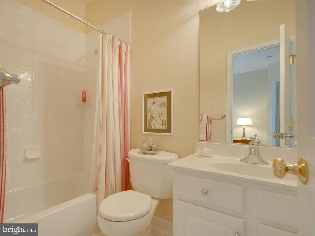 Bath with bedroom 4 - 7304 AUBURN ST, ANNANDALE