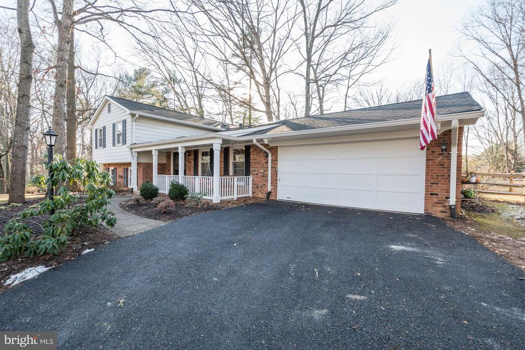 New driveway, oversized garage 19' x 30' - 1406 EARNSHAW CT, RESTON