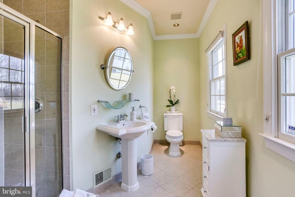 Main level Guest bathroom - 10522 DUNN MEADOW RD, VIENNA