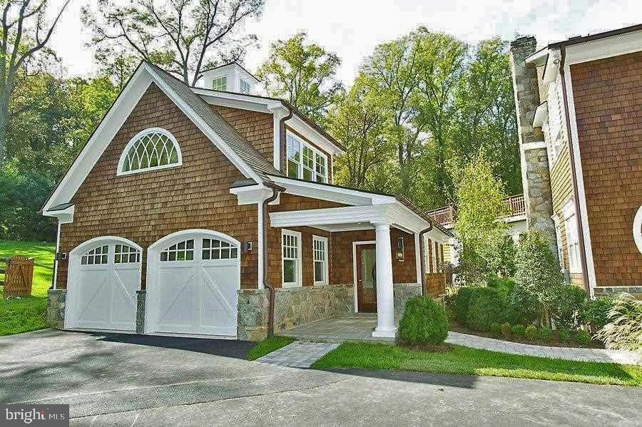The carriage house  has a full bath & bedroom - 7301 DULANY DR, MCLEAN