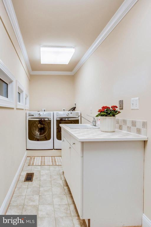 Main level Laundry/Mud room off Garage - 10522 DUNN MEADOW RD, VIENNA