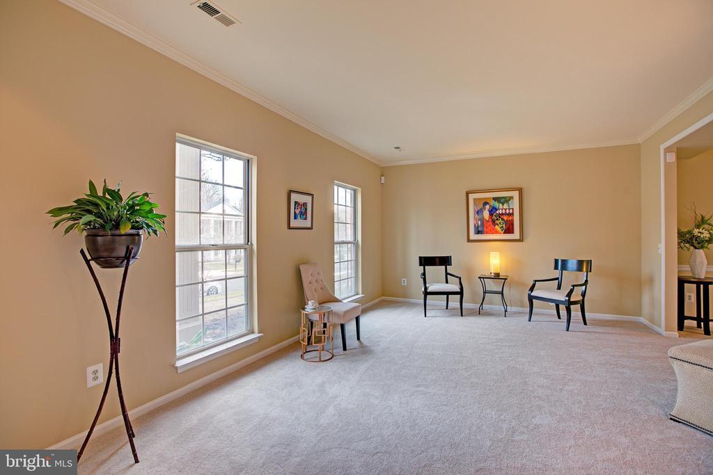 Living room has crown molding - 12311 CLIVEDEN ST, HERNDON